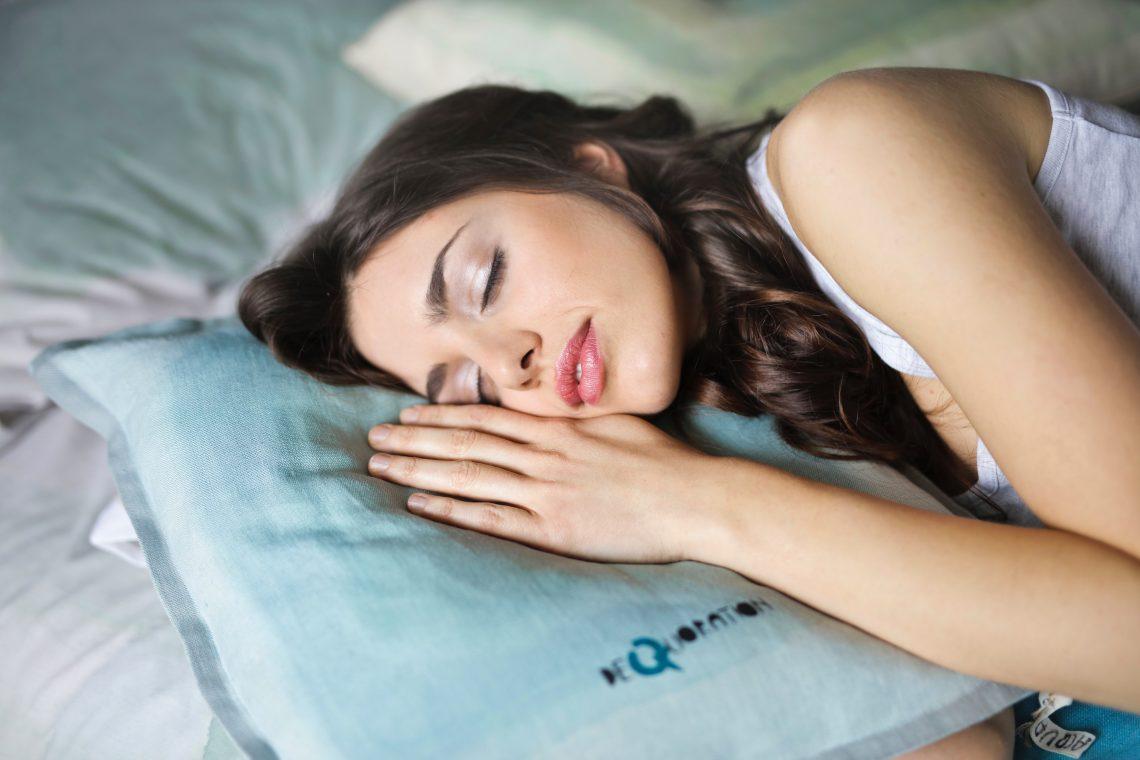 Femme-sur-oreiller